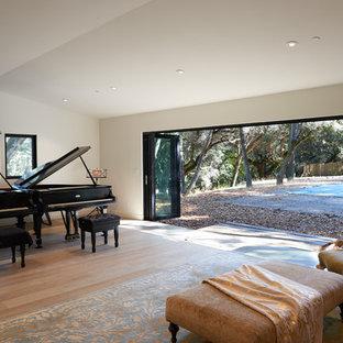 Foto di un atelier contemporaneo di medie dimensioni con parquet chiaro, pareti beige e pavimento beige
