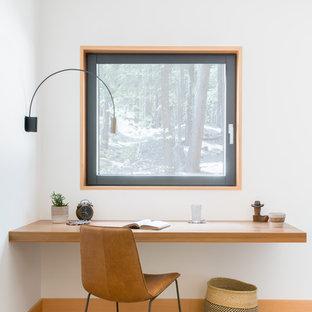 Foto di un ufficio stile rurale con scrivania incassata, pareti bianche e parquet chiaro