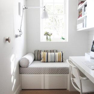 Новые идеи обустройства дома: маленький кабинет в современном стиле с белыми стенами, светлым паркетным полом, встроенным рабочим столом и коричневым полом