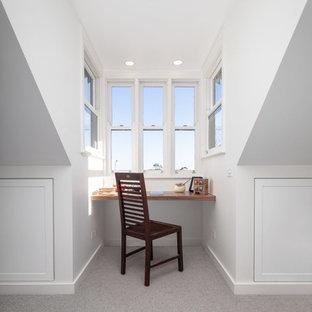 シドニーのヴィクトリアン調のおしゃれなホームオフィス・書斎 (白い壁、カーペット敷き、コーナー設置型暖炉、レンガの暖炉まわり、ベージュの床) の写真