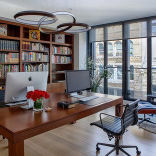 ニューヨークの広いトランジショナルスタイルのおしゃれなホームオフィス・書斎 (白い壁、淡色無垢フローリング、暖炉なし、自立型机、ベージュの床、ライブラリー) の写真