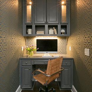 Immagine di un piccolo ufficio classico con parquet scuro, scrivania incassata, pavimento marrone e pareti multicolore