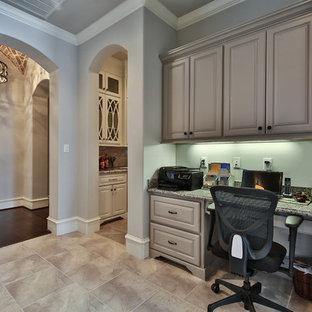 ヒューストンの中くらいのトランジショナルスタイルのおしゃれなホームオフィス・書斎 (グレーの壁、トラバーチンの床、暖炉なし、造り付け机) の写真