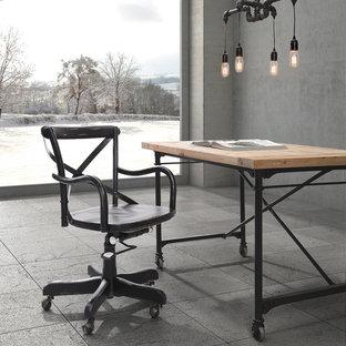 Idee per un atelier industriale di medie dimensioni con pareti grigie, pavimento con piastrelle in ceramica, nessun camino e scrivania autoportante
