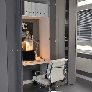 Идея дизайна: маленький кабинет в современном стиле с серыми стенами, встроенным рабочим столом и серым полом