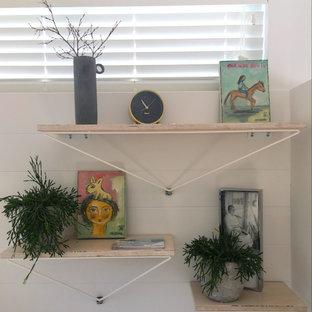 Cette image montre un petit bureau nordique avec un mur blanc, un sol en vinyl, un bureau intégré et un sol gris.