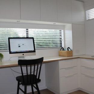 キャンベラの小さい北欧スタイルのおしゃれなホームオフィス・書斎 (白い壁、クッションフロア、造り付け机、グレーの床) の写真