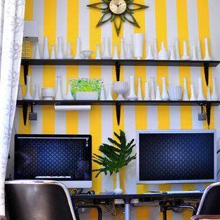 Bild på ett eklektiskt arbetsrum, med flerfärgade väggar