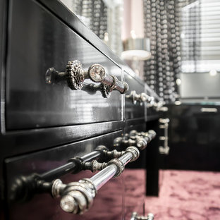 ダラスの広いトランジショナルスタイルのおしゃれなホームオフィス・書斎 (ピンクの床、紫の壁、ライムストーンの床、暖炉なし、自立型机) の写真