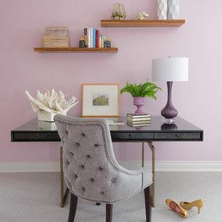 Пример оригинального дизайна: маленькое рабочее место в стиле современная классика с ковровым покрытием, отдельно стоящим рабочим столом, серым полом и розовыми стенами без камина