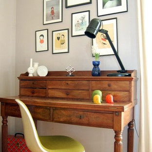 Immagine di uno studio moderno con pareti grigie, pavimento in legno massello medio e scrivania autoportante