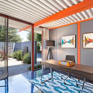 サンフランシスコのミッドセンチュリースタイルのおしゃれなホームオフィス・書斎 (グレーの壁、暖炉なし、自立型机、黒い床) の写真