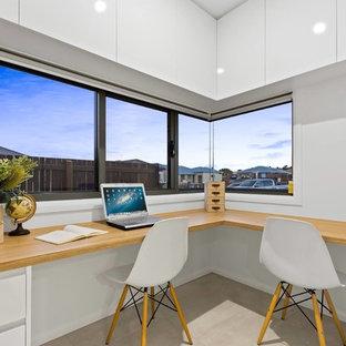 Immagine di un ufficio moderno di medie dimensioni con pareti bianche, pavimento con piastrelle in ceramica, scrivania incassata e pavimento beige