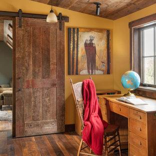 他の地域の広いラスティックスタイルのおしゃれな書斎 (黄色い壁、無垢フローリング、自立型机、茶色い床、板張り天井) の写真