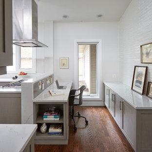 Ispirazione per un piccolo ufficio tradizionale con pareti bianche, parquet scuro, nessun camino, scrivania incassata e pavimento marrone