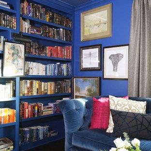 Foto di uno studio chic di medie dimensioni con libreria, pareti blu, pavimento in legno massello medio, camino classico, cornice del camino in mattoni, scrivania autoportante e pavimento marrone