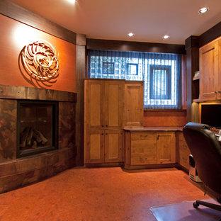 シアトルのアジアンスタイルのおしゃれなホームオフィス・書斎 (コルクフローリング、コーナー設置型暖炉、金属の暖炉まわり、造り付け机) の写真