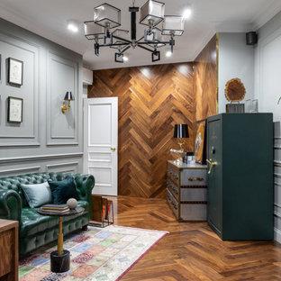 Diseño de despacho clásico renovado con suelo de madera en tonos medios y suelo marrón