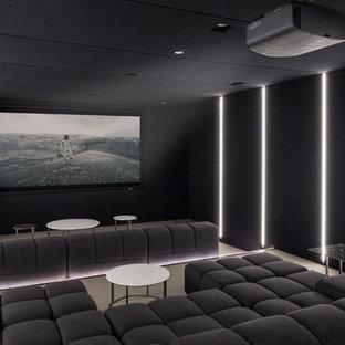 Foto de cine en casa cerrado, contemporáneo, con paredes negras, moqueta, pantalla de proyección y suelo beige