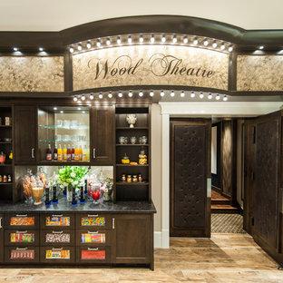 Ejemplo de cine en casa cerrado, tradicional, grande, con paredes beige, suelo de madera en tonos medios y suelo marrón