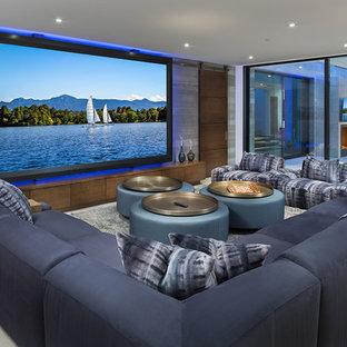 Idee per un home theatre stile marino aperto con pareti grigie, schermo di proiezione e pavimento grigio