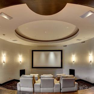 Modelo de cine en casa cerrado, tradicional renovado, extra grande, con paredes beige, moqueta y pantalla de proyección