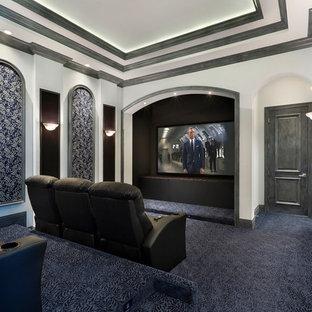 Geräumiges, Abgetrenntes Tropenstil Heimkino mit bunten Wänden, Teppichboden, Wand-TV und blauem Boden in Sonstige