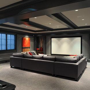 Offenes Klassisches Heimkino mit grauer Wandfarbe, Teppichboden, Leinwand und beigem Boden in Vancouver