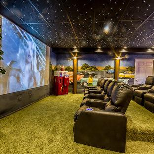 Idee per un home theatre classico chiuso con pareti multicolore, moquette, schermo di proiezione e pavimento verde