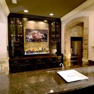 Foto på ett stort vintage öppen hemmabio, med flerfärgade väggar, brunt golv, travertin golv och en väggmonterad TV