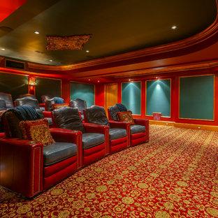 Inredning av ett klassiskt avskild hemmabio, med röda väggar, heltäckningsmatta och flerfärgat golv