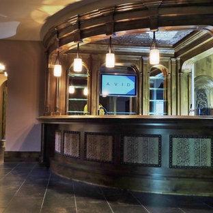 Großes, Abgetrenntes Klassisches Heimkino mit beiger Wandfarbe, Keramikboden und Leinwand in Minneapolis