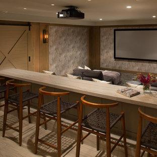 Abgetrenntes Klassisches Heimkino mit bunten Wänden, hellem Holzboden und Leinwand in San Diego
