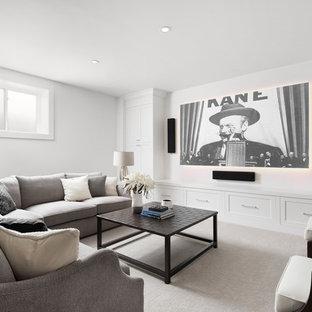 Esempio di un home theatre scandinavo di medie dimensioni e chiuso con pareti bianche, moquette, TV a parete e pavimento grigio
