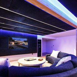Großes, Abgetrenntes Modernes Heimkino mit weißer Wandfarbe, Wand-TV und Korkboden in Baltimore