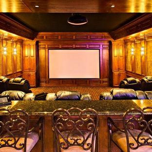 Идея дизайна: большой открытый домашний кинотеатр в классическом стиле с коричневыми стенами, ковровым покрытием, экраном для проектора и коричневым полом