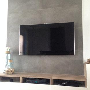 Idee per un piccolo home theatre moderno aperto con pareti bianche, parquet scuro e TV a parete