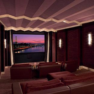 Aménagement d'une très grande salle de cinéma contemporaine fermée avec un mur rouge, moquette, un téléviseur encastré et un sol rouge.