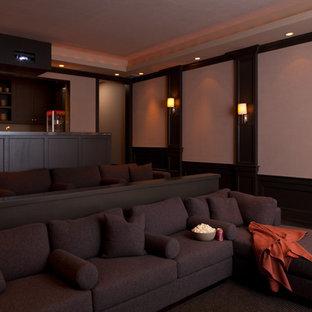 Geräumiges, Offenes Modernes Heimkino mit beiger Wandfarbe, Teppichboden und Leinwand in San Francisco