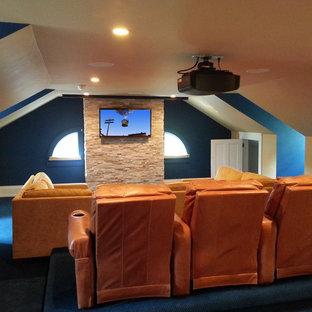Immagine di un home theatre classico di medie dimensioni con pareti beige e schermo di proiezione