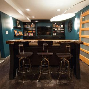 Kleines, Abgetrenntes Modernes Heimkino mit blauer Wandfarbe, Betonboden, Wand-TV und braunem Boden in Seattle