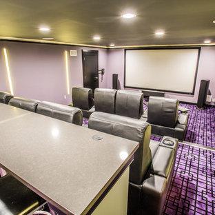 Idée de décoration pour une grande salle de cinéma minimaliste fermée avec un mur violet, moquette, un écran de projection et un sol violet.