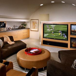 Großes, Abgetrenntes Modernes Heimkino mit weißer Wandfarbe, Teppichboden und Multimediawand in Orange County