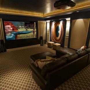 Ispirazione per un home theatre classico di medie dimensioni e chiuso con pareti blu, moquette e schermo di proiezione