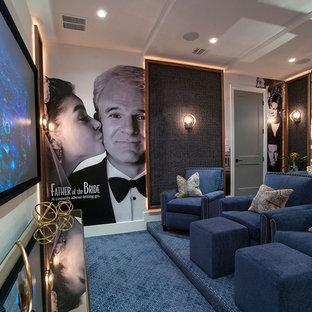 Idee per un grande home theatre classico chiuso con moquette, pavimento blu e pareti bianche