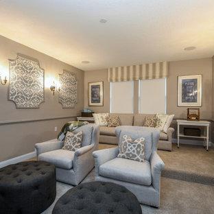 Mittelgroßes, Abgetrenntes Shabby-Style Heimkino mit grauer Wandfarbe, Teppichboden, Wand-TV und beigem Boden in Orlando