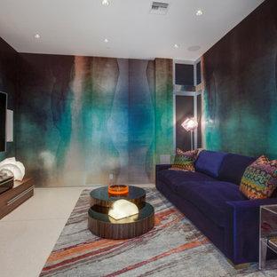 Immagine di un grande home theatre design chiuso con pavimento in travertino, TV a parete e pareti multicolore