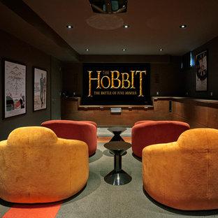 Esempio di un home theatre design di medie dimensioni e chiuso con pareti grigie, pavimento in ardesia, schermo di proiezione e pavimento multicolore
