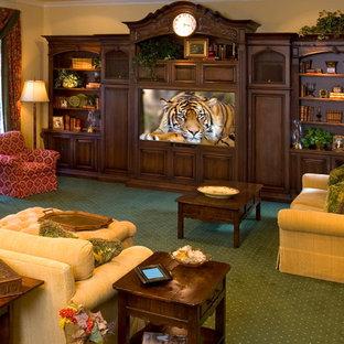Klassisches Heimkino mit Multimediawand, Teppichboden und grünem Boden in Los Angeles