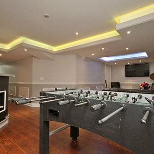 Kleines, Offenes Modernes Heimkino mit grauer Wandfarbe, Laminat, Wand-TV und braunem Boden in Sonstige